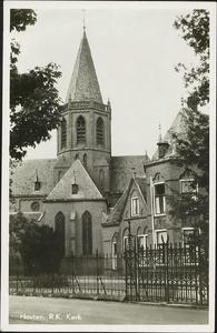 De rooms-katholieke kerk en pastorie aan de Loerikseweg.