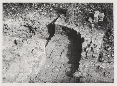 Opgraving van kasteel Schalkwijk. Dit is de kelderingang van de toren op de noordhoek van het kasteel.