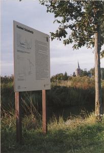 Kasteelterrein Schalkwijk. Informatiebord naast de omgrachting met op de achtergrond de toren van de ...