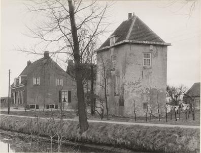 Gezicht op kasteel Vuylcop en het daarnaast gelegen Huis Vuylcop. Op de voorgrond de Schalkwijksewetering.