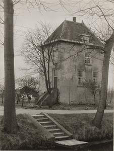 Kasteel Vuylcop. Gezicht op de toren. Op de voorgrond de Schalkwijksewetering met een trapje en een schropstoep.