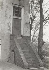 Kasteel Vuylcop. De trap en de toegangsdeur van de toren.