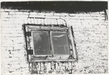 Detail van een raam in de achtergevel.