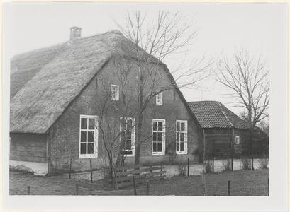 Boerderij De Snel. De voorgevel en een gedeelte van de houten schuur rechts naast de boerderij.