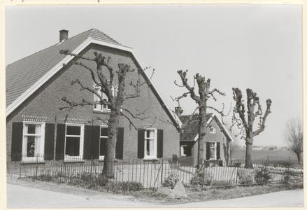Boerderij Grijpestein. De voorgevel van de boerderij, het zomerhuis en drie leilinden.