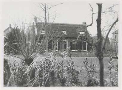 De voorgevel van boerderij De Molen. In de tuin voor de boerderij stond de Biesbosche korenmolen.