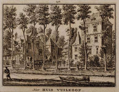 Gezicht over de gracht op de voorzijde van huis Vuylcop te Schalkwijk (no. 137)