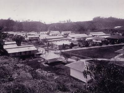 Personeelswoningen van de Bataafse Petroleum Maatschappij te Balikpapan, 1914.<br/>KITLV 15694 <a class=uline href=http://kitlv.pictura-dp.nl target=_blank>beeldbank van het KITLV</a>