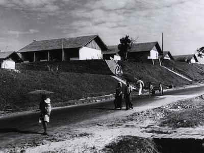 Woningen voor ongeschoolde werkers van de raffinaderij van de Bataafse Petroleum Maatschappij te Balikpapan, circa 1917.<br/>KITLV 15699 <a class=uline href=http://kitlv.pictura-dp.nl target=_blank>beeldbank van het KITLV</a>