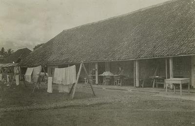 Barak in Ambarawa waar Europeanen werden geïnterneerd wegens veronderstelde Duitsgezindheid. De foto is gemaakt door één van deze geïnterneerden, de arts L.J.A. Schoonheyt, in 1940.<br/>KITLV 19074 <a class=uline href=http://kitlv.pictura-dp.nl target=_blank>beeldbank van het KITLV</a>