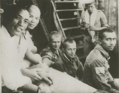 Nederlandse krijgsgevangenen aan boord van het transportschip Tenzio Maru in de haven van Koepang (Timor), mei 1943.<br/>KITLV 25508 <a class=uline href=http://kitlv.pictura-dp.nl target=_blank>beeldbank van het KITLV</a>