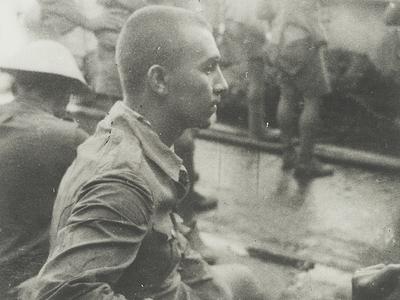 De Nederlandse krijgsgevangene J.B. Kampschuur aan boord van het transportschip Tenzio Maru in de haven van Koepang (Timor), mei 1943.<br/>KITLV 2560 <a class=uline href=http://kitlv.pictura-dp.nl target=_blank>beeldbank van het KITLV</a>