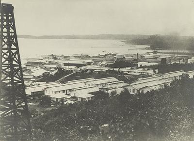 Installaties van de Bataafse Petroleum Maatschappij (BPM) bij Balikpapan, 1925.<br/>KITLV 2792 <a class=uline href=http://kitlv.pictura-dp.nl target=_blank>beeldbank van het KITLV</a>