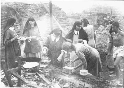 Bread leaves the oven in Kampili Camp, 1945.<br/>NIOD 58209 <a class=uline href=http://www.beeldbankwo2.nl target=_blank>Beeldbank WO2</a>