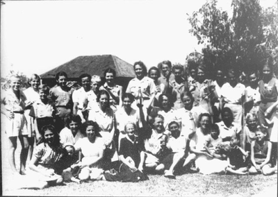 Part of the inhabitants of shed 6 in Kampili Camp, 1945.<br/>NIOD 58231 <a class=uline href=http://www.beeldbankwo2.nl target=_blank>Beeldbank WO2</a>
