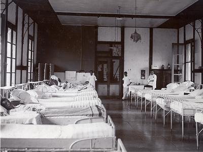 Ziekenzaal in het Militair Hospitaal in Tjimahi, circa 1927<br/>KITLV 94389 <a class=uline href=http://kitlv.pictura-dp.nl target=_blank>beeldbank van het KITLV</a>