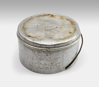 Can for food, used in camps in Bandoeng, Tjilatjap, Tjimahi and Batavia (ADEK, Kampong Makassar, 10th. Bat.).<br/>NIOD Collectie 417-397c