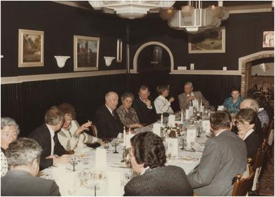 Etentje bestuurders Heeze uit verschillende perioden. 1. Mevrouw Weemering-Vogels; 2. Wethouder M.P.G. Scheepers; 3. Wethouder drs. A.M. Veldhuizen-Turken; 4. Oud burgemeester A.M.C.M. van Agt; 5. Mevrouw Knaapen-Eij; 6. Burgemeester Henk Bosman; 7. Mevrouw Grem; 8. C.E.A.M. Gijsbers; 9. Mevrouw van de Paal-van Werde; 10. Gemeentesecretaris F.P.M.J. Knaapen; 11. Mevrouw Gisela Bosman-Rick; 12. Oud wethouder Peter Grem; 13. Gemeente-ontvanger G.G.L. van de Paal
