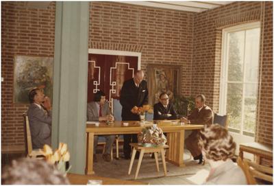 Aangifte geboorte, toespraak burgemeester van Agt. 1. Wethouder P.F. Weemering; 2. Th. Wijnen; 3. Burgemeester A.M.C.M. van Agt; 4. Gemeentesecretaris L. Verest; 5. Wethouder P. Scheepers.