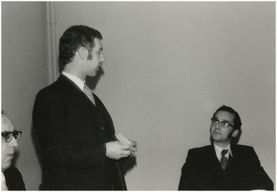 Toespraak G. Linden. 1. Gemeentesecretaris L. Verest; 2. Afdelingshoofd M. Koenen; 3. Ambtenaar G. Linden
