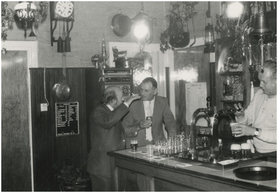 Feestavond personeel gemeente Heeze, café 't Karrewiel. 1. B. Buijsen; 2. P. Weemering, wethouder; 3. E. Guitjens, eigenaar café