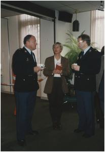 Annette Spierings van Halt in gesprek met de heren Piet Thurlings en W. Beerens, politie Heeze.