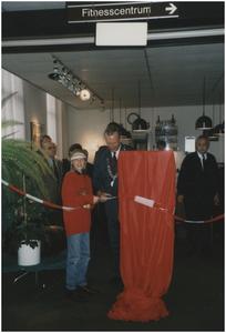 Samen met een van de kinderen van de basisschool opent Burgemeester Bosman de Haltwinkel. 2. Burgemeester Henk Bosman; 4. P. Vos