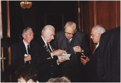 Kasteel Heeze, Kapelstraat 25. Baron Mr. H.N.C. van Tuyll van Serooskerken in gesprek met veteranen. 3. Baron Mr. van Tuyll van Serooskerken;
