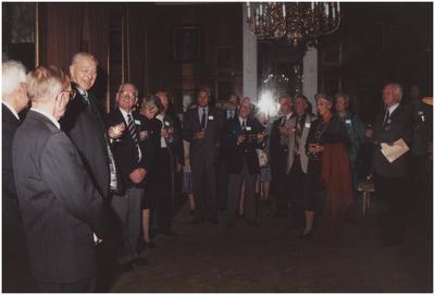 Kasteel Heeze, Kapelstraat 25. Baron Mr. H.N.C. van Tuyll van Serooskerken in gesprek met veteranen. 2. Baron Mr. van Tuyll van Serooskerken; 10. Barones M. Halewijck de Heusch