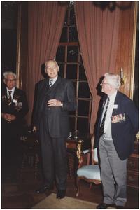 Kasteel Heeze, Kapelstraat 25. Baron Mr. H.N.C. van Tuyll van Serooskerken in gesprek met veteranen. 2. Baron Mr. van Tuyll van Serooskerken