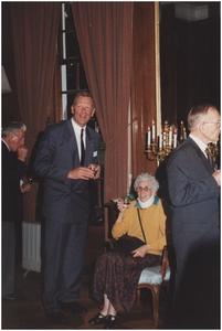 Kasteel Heeze, Kapelstraat 25. Burgemeester Henk Bosman in gesprek met een van de gasten. 2. Burgemeester Bosman; 4. Wethouder J. Bosmans
