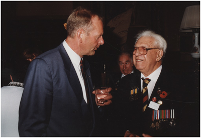 Kasteel Heeze, Kapelstraat 25. Burgemeester Henk Bosman in gesprek met een van de veteranen. 1. Burgemeester Bosman