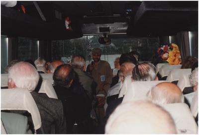 Molenaar Gerard Sturkenboom spreekt Engelse veteranen toe. 1. Gerard Sturkenboom; 1. Mevrouw Zus Vertogen