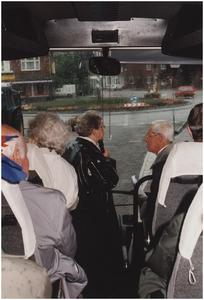 Rotonde kruising Jan Deckersstraat, Nieuwendijk, Oude Stationsstraat, veteranen in de bus, mevrouw Vertogen en mijnheer Bosmans als reisleiders. 1. Mevrouw Zus Vertogen; 2. Mijnheer Bosmans