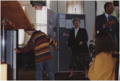 Opening tentoonstelling: Dorpshuis Den Tovernest, Jan Deckerstraat 26. Aandacht voor de spreker in de centrale gemeenschapsruimte. 1. Margot van den Boer, lokaal correspondent; 3. Zus Vertogen; 4. Burgemeester Henk Bosman