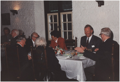 Kasteel Heeze, Kapelstraat 25. Gasten aan tafel in de grote zaal van kasteel Eymerick. 4. Mevr. G. Bosman-Rick; 5. Burgemeester Henk Bosman