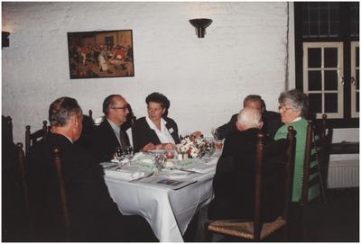 Kasteel Heeze, Kapelstraat 25. Gasten aan tafel in de grote zaal van kasteel Eymerick. 3. Mevr. van de Paal-van Werde; 4. Gemeentesecretaris G. van de Paal