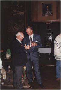 Kasteel Heeze, Kapelstraat 25. Burgemeester Bosman in gesprek met veteranen. 2. Burgemeester Henk Bosman; 3. L. Flapper