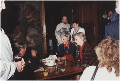 Kasteel Heeze, Kapelstraat 25. Barones M. Halewijck de Heusch in gesprek met de veteranen. 1. L. Flapper; 3. Baronesse M. Halewijck de Heusch