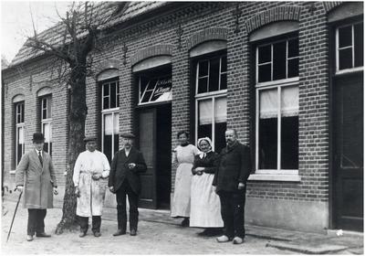 Driek van Oorschot, Herman Witsiers (barbier), niet bekend, Lina Hansen, Koba Verweijen en Janus Verweijen poseren voor Café De Valk