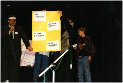 Serie van 3 foto's betreffende een demonstratie van basisscholen tegen vandalisme : Schooljeugd met spandoeken