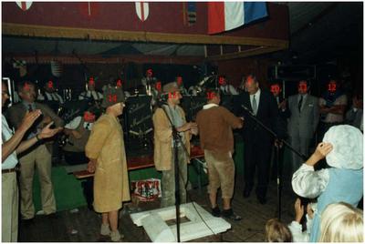 Brabantse Dag. Burgemeester Bosman in gesprek met deelnemers, op de achtergrond Peellander Muzikanten. 9. Henk Bosman