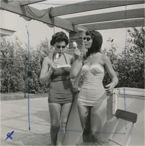Serie van 8 negatieven, betreffende reclame ter promotie van het badpak: Het showen van badmode ontworpen door Tweka ?