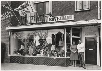 Azalealaan 31. Rovi-Jeans, winkel voor vrijetijdskleding van Huub en Henny Panhuyzen