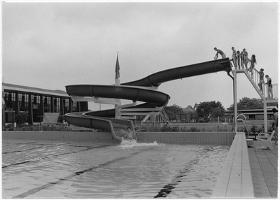 Een serie van 3 foto's betreffende zwembad De Wissen, Keizerin Marialaan 1