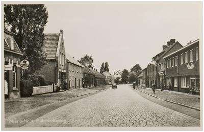 Helmondseweg gezien vanaf de spoorwegovergang. Links in de deuropening kapper Frans van de Voort.