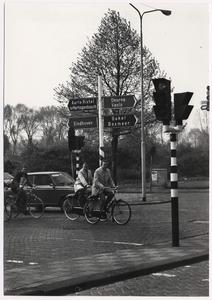 Kruispunt Noordende / Oostende, gezien vanuit het Noordende. Nieuwe verkeersborden