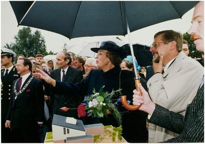 Een serie van 4 foto's betreffende het werkbezoek van koningin Beatrix en staatssecretaris drs. E. Heerma aan Helmond bij gelegenheid van de oplevering van de 6.000.000e woning in Nederland, het huis van de familie Van Schijndel aan de Jan van Heelustraat 1
