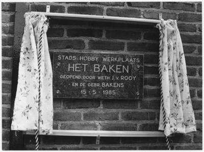 Een serie van 3 foto's betreffende de opening van stadshobbywerkplaats ''Het Baken'' in de voormalige werkplaats van de gebroeders Bakens, Molenstraat