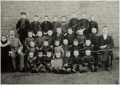 Beek en Donk. Jongensschool. Links onderwijzer Th. V.d. Zanden en rechts : A. Verhelst. Op de eerste rij links : Antoon Heeren ( 1898 - 1916 ), op de tweede rij links : Louis Heeren ( 1891 ). Op de derde rij links : Jac. Heeren ( 1888 - 1967 )